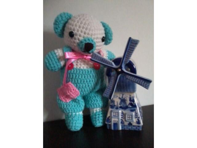ตุ๊กตาถักไหมพรมหมีใส่เอี๊ยม